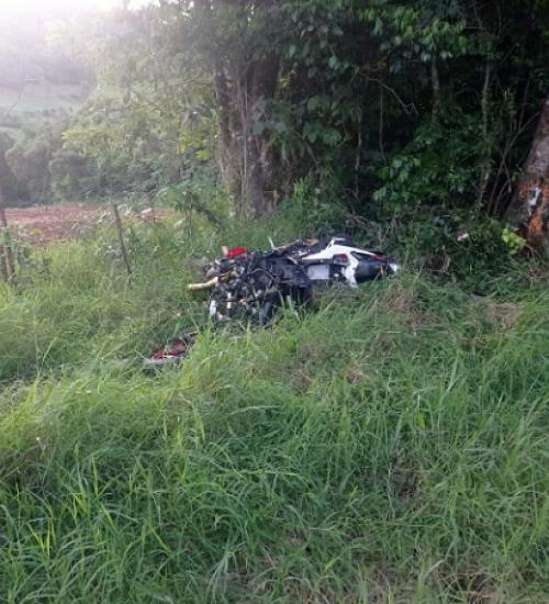 Homem morre após moto colidir com árvore em Palmitos
